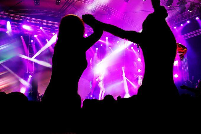 Момичета на концерт пред сцената