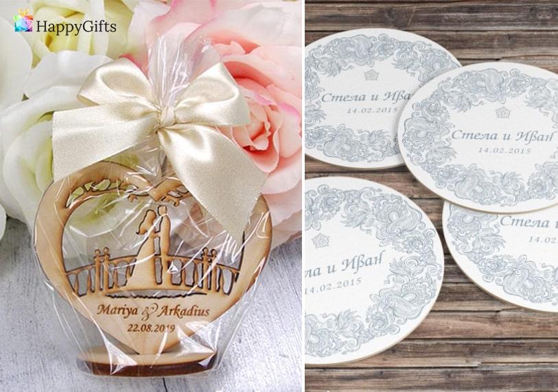 идеи за интересни подаръчета за гостите на сватба дървена фигурка сърце с младоженци гравирана дата и имена костери подложки за чаши с датата на сватбата