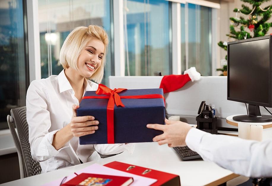 Коледни подаръци за колеги
